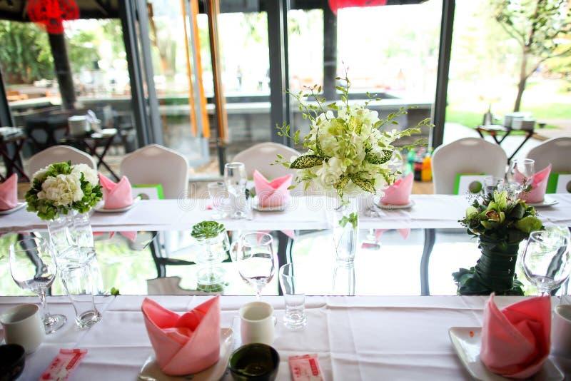 Download Ślubny stół zdjęcie stock. Obraz złożonej z piękny, delikatnie - 28954430