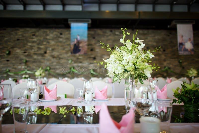 Download Ślubny stół obraz stock. Obraz złożonej z zgromadzenie - 28954465