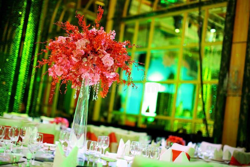 Download Ślubny stół obraz stock. Obraz złożonej z piękny, bankiet - 28955263