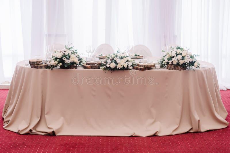 Ślubny stół dekorujący z bukietem i świeczkami obraz royalty free