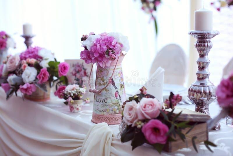 Ślubny stół pięknie dekorujący z kwiatami zdjęcia royalty free