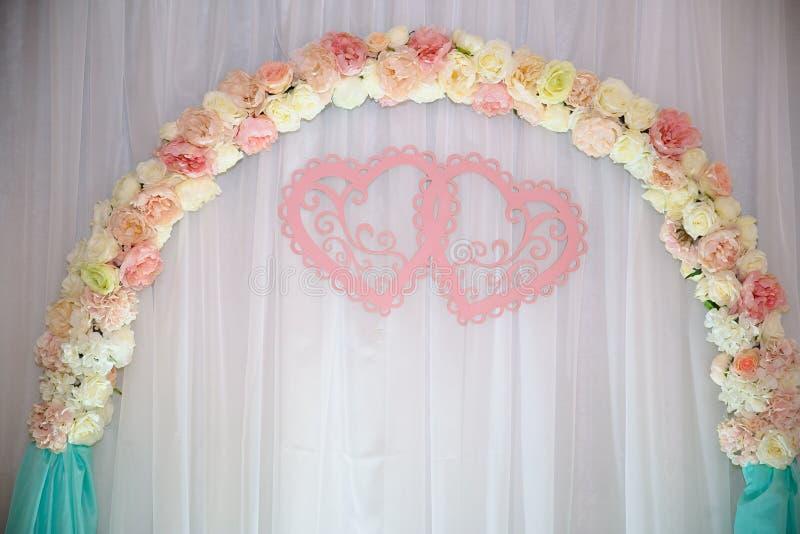Ślubny stół, tło łuk dekorował z kwiatami obraz royalty free