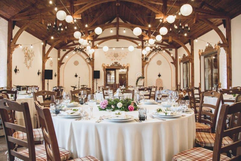 Ślubny stół w restauraci z mnóstwo przejrzystym glasse fotografia stock