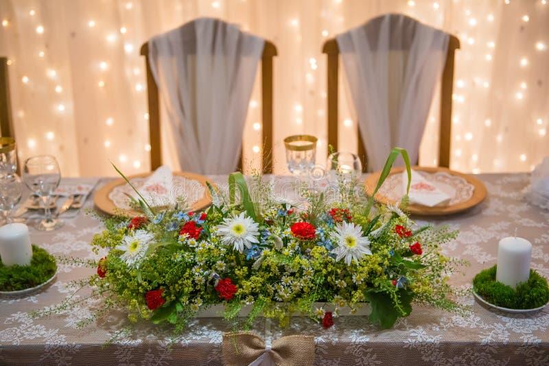 Ślubny stół z kwiecistym przygotowania przygotowywał dla przyjęcia, ślubu, urodziny lub wydarzenia centerpiece, zdjęcie royalty free