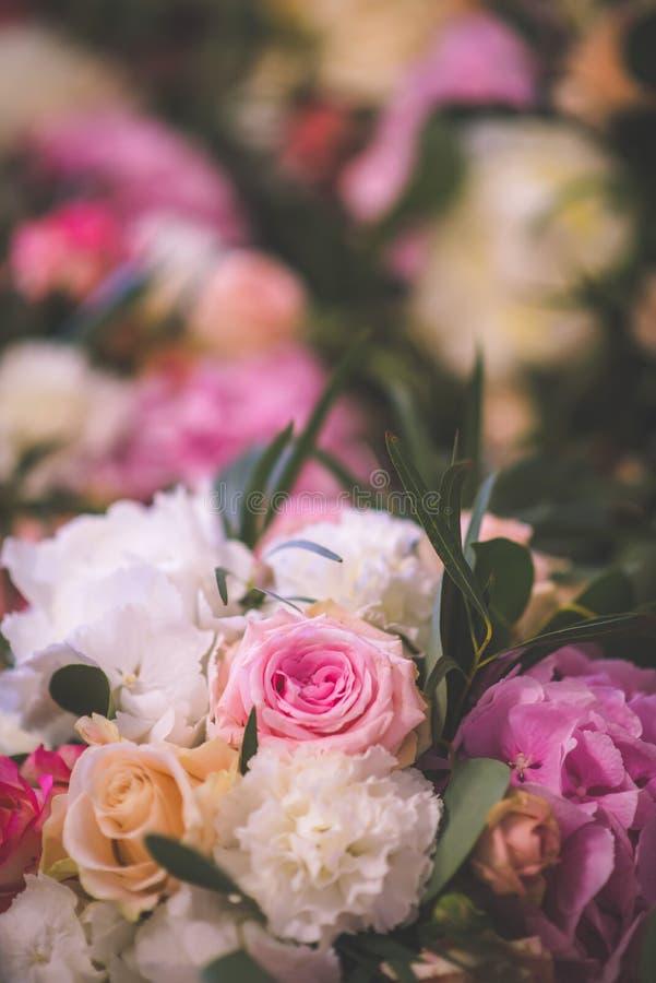 Ślubny stół z wyłącznym kwiecistym przygotowania przygotowywał dla przyjęcia, ślub lub wydarzenia centerpiece w romantycznych men obrazy stock