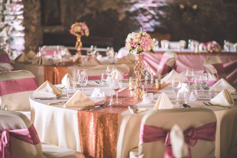 Ślubny stół z wyłącznym kwiecistym przygotowania przygotowywał dla przyjęcia, ślubu lub wydarzenia centerpiece w różanym złocisty zdjęcia stock