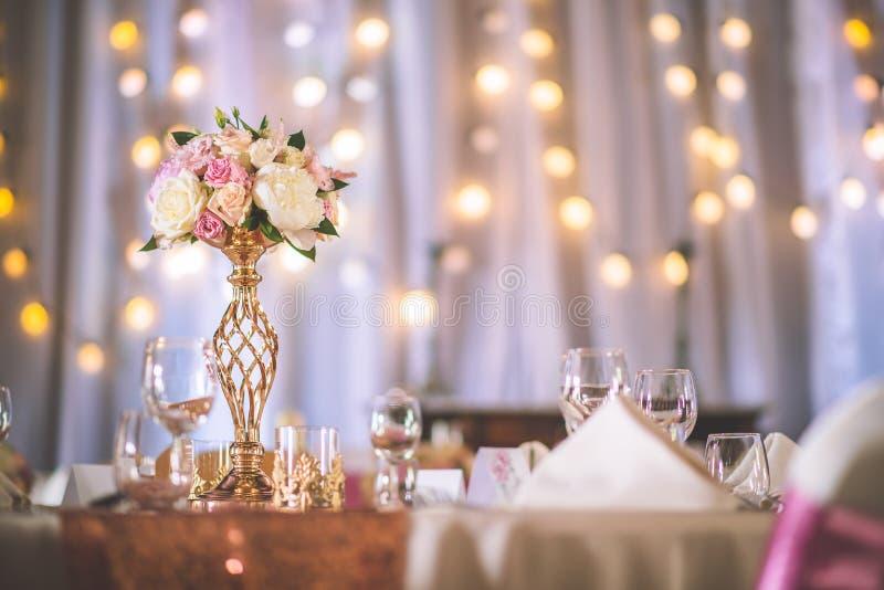 Ślubny stół z wyłącznym kwiecistym przygotowania przygotowywał dla przyjęcia, ślubu lub wydarzenia centerpiece w różanym złocisty fotografia royalty free