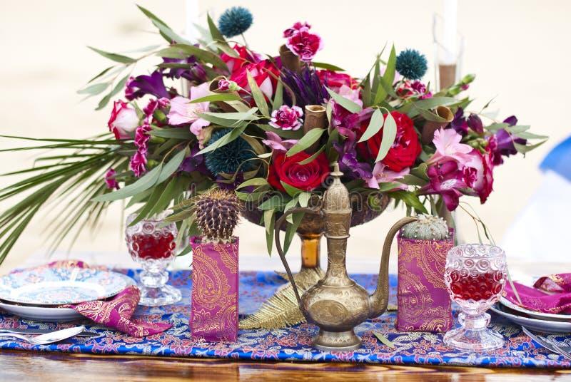Ślubny stołowy przygotowania w pustynnym piasku fotografia stock