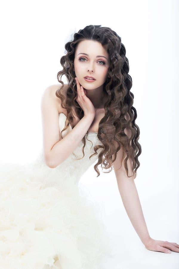 Ślubny styl. Kobiety wspaniała panna młoda - kędzierzawy włosy fotografia stock