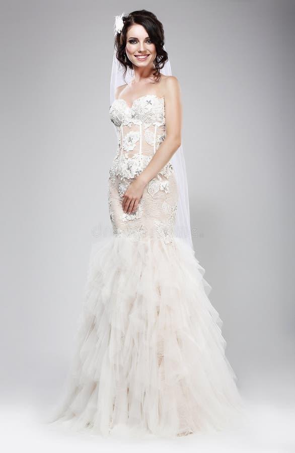Ślubny styl. Wyszukany nowożeńcy w Białej Bridal sukni. Elegancja zdjęcie royalty free