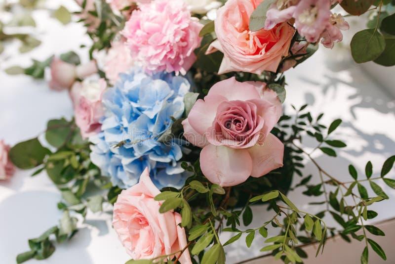 Ślubny tło z kwiatem i dekoracją, szarości ściana zdjęcie stock