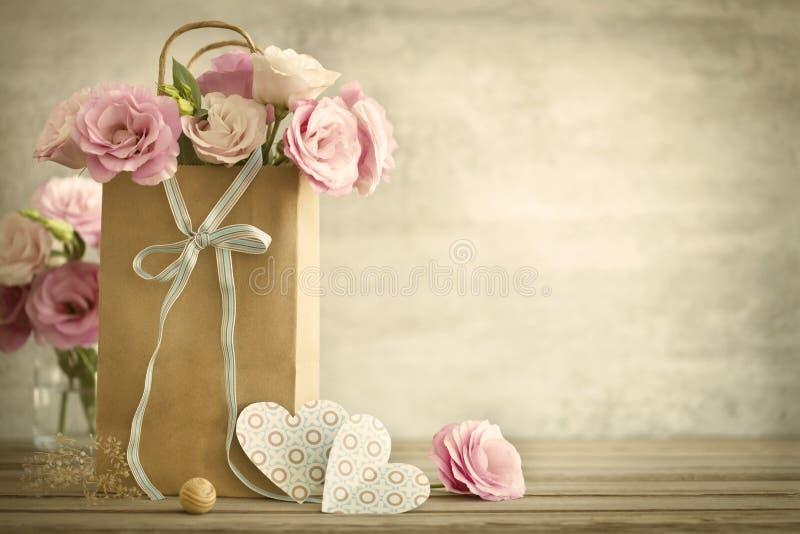 Ślubny tło z róża kwiatami i sercami - rocznika styl fotografia royalty free