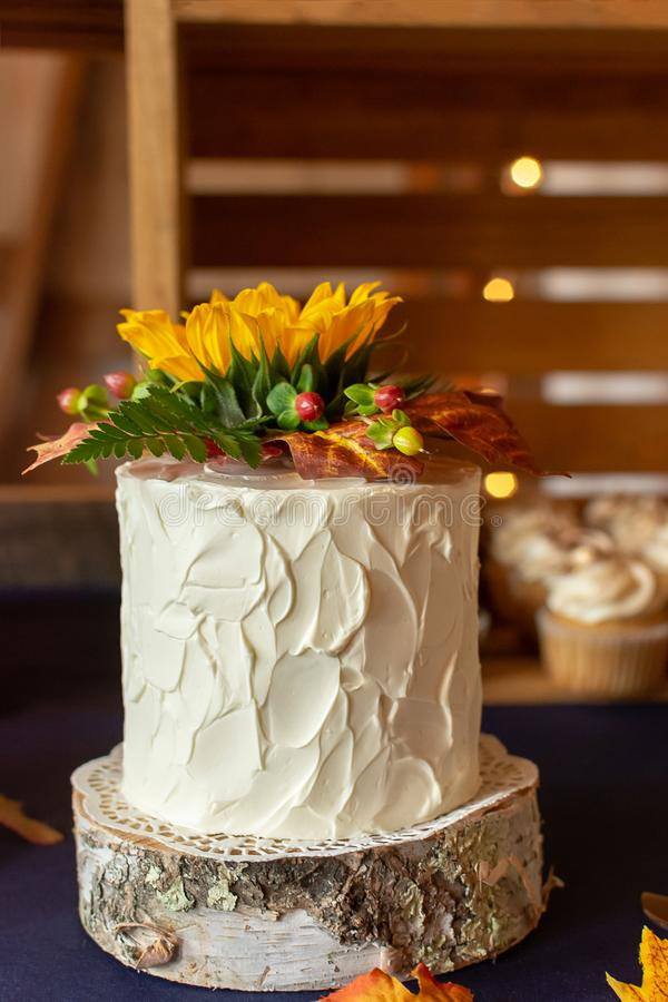 Ślubny tort Dekorujący Z Textured masło słonecznikiem I śmietanką zdjęcie royalty free