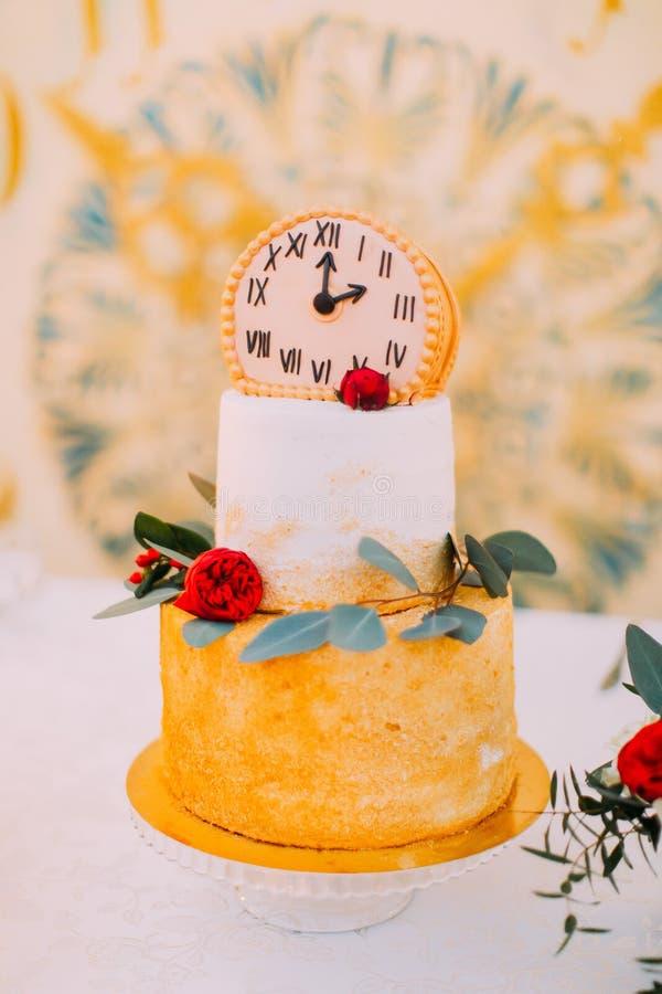 Ślubny tort dekorujący z zegarami i kwiaty zamykamy up zdjęcia stock