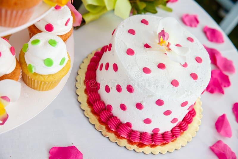 Ślubny tort i babeczki zdjęcia stock