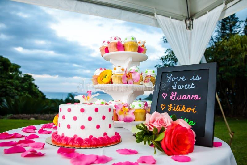 Ślubny tort i babeczki fotografia stock