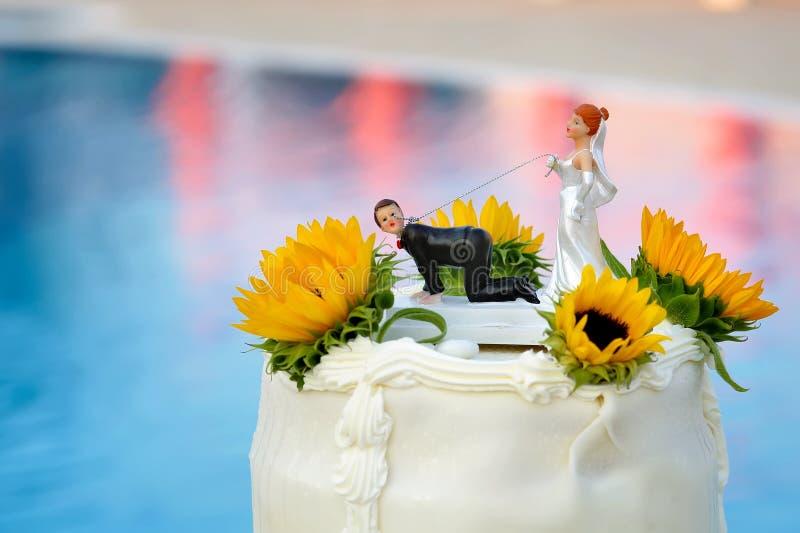 Ślubny tort z śmieszną dekoracją na tle basen obrazy royalty free