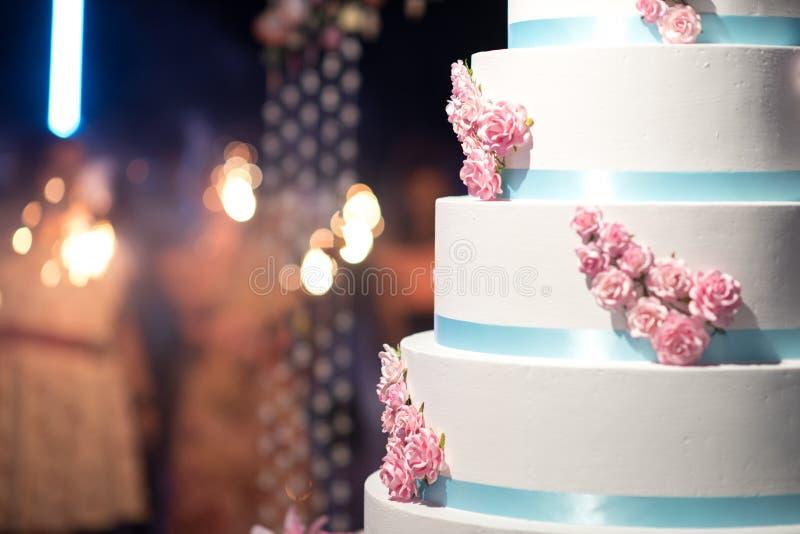 Ślubny tort z bokeh zdjęcie stock