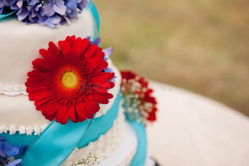 Ślubny tort z czerwonym kwiatem fotografia royalty free