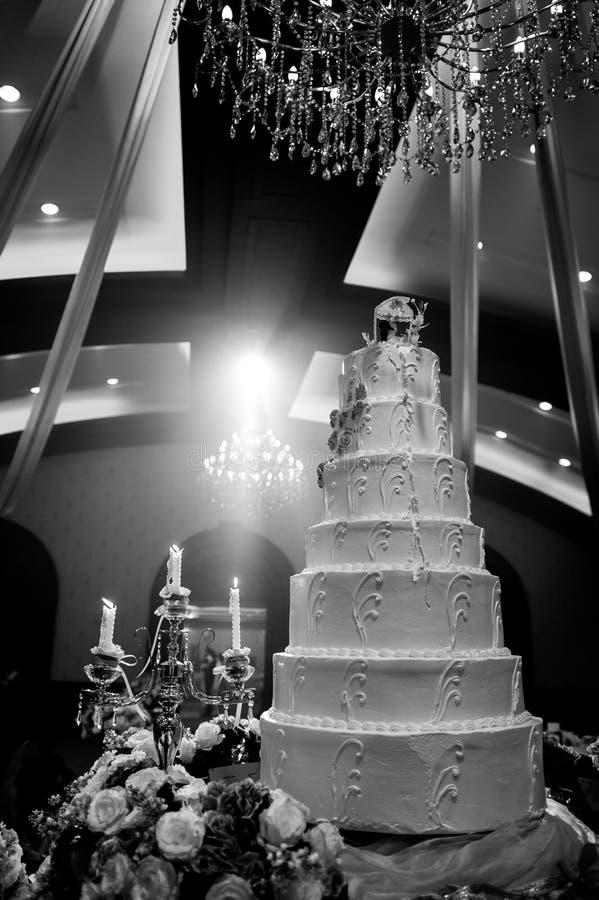 Ślubny tort z dekoracją na restauracyjnym wnętrzu zdjęcie royalty free