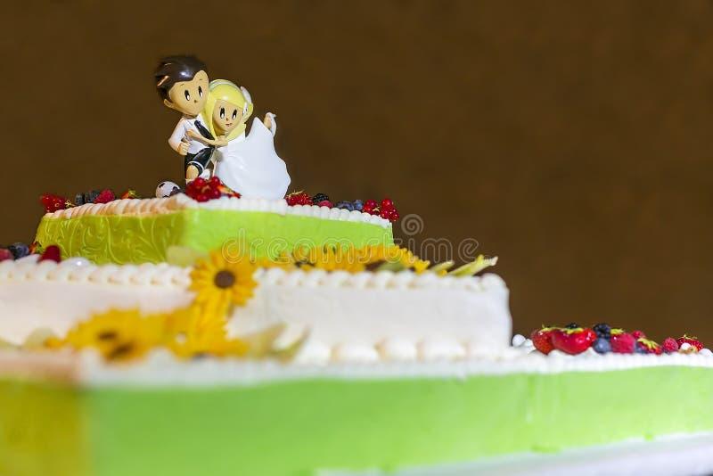 Ślubny tort z kwiatami fotografia stock