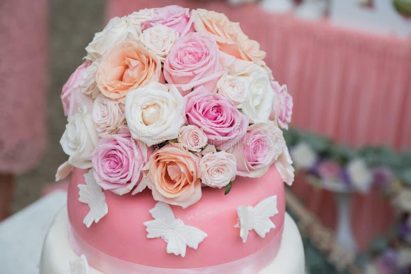 Ślubny tort z naturalnymi kwiatami obraz stock