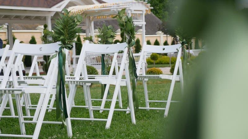 Ślubny ustawianie w ogródzie, park Na zewnątrz ślubnej ceremonii, świętowanie Ślubny nawa wystrój Rzędy biały drewniany opróżniaj obrazy royalty free