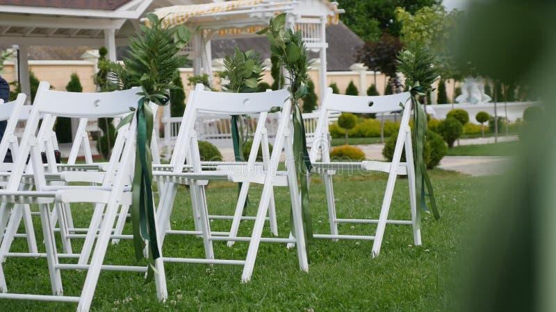 Ślubny ustawianie w ogródzie, park Na zewnątrz ślubnej ceremonii, świętowanie Ślubny nawa wystrój Rzędy biały drewniany opróżniaj fotografia stock