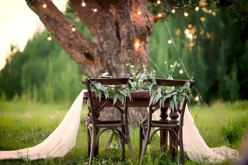 Ślubny wieśniaka stół dla dwa w polu przy sosną obraz stock