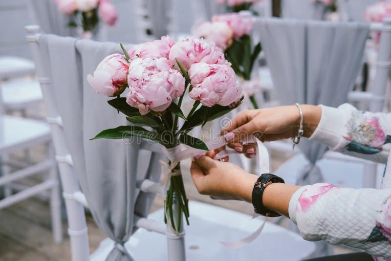Ślubny wystroju pojęcie Dekoracja przewodniczy kwiaty fotografia stock