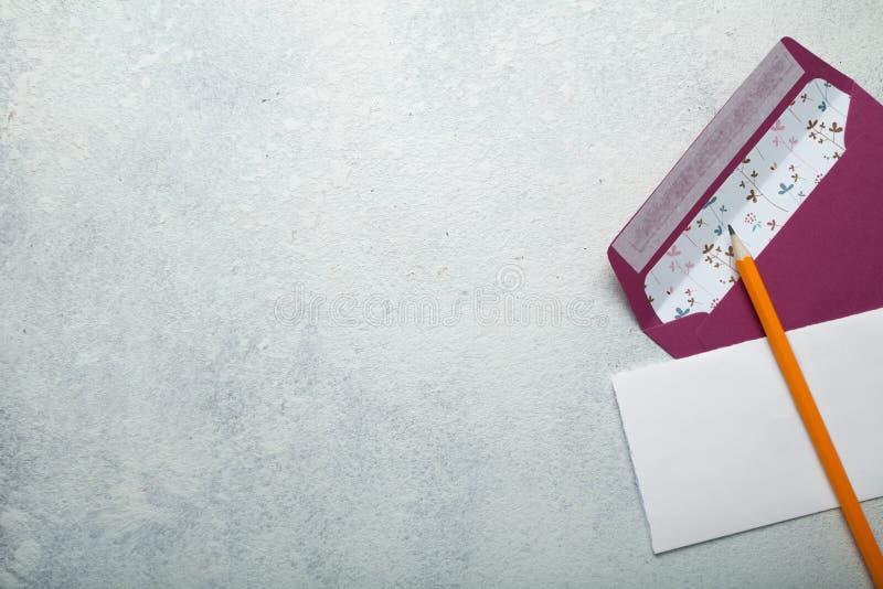 Ślubny zaproszenia pojęcie na rocznika bielu tle zdjęcie stock