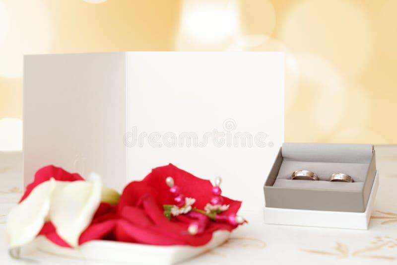 Ślubny zawiadomienie z pierścionkami i przestrzeń dla teksta, ostrości ślubny anouncement, zamazujący pierścionki, ostrość biały p zdjęcia royalty free