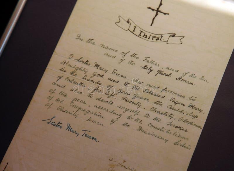 Ślubowania pisać w jej ręce Macierzysty Teresa zdjęcie stock