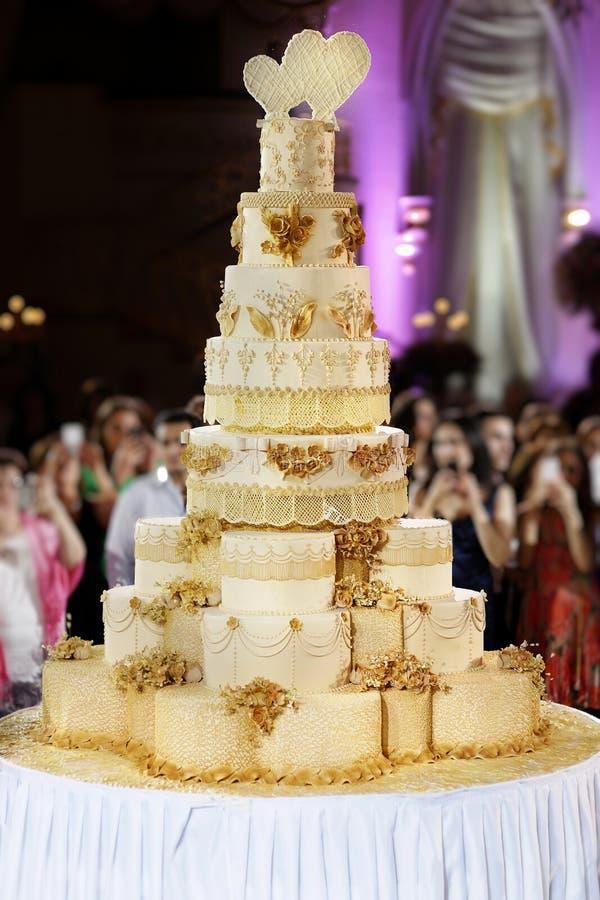 Ślubu gigantyczny tort obrazy royalty free