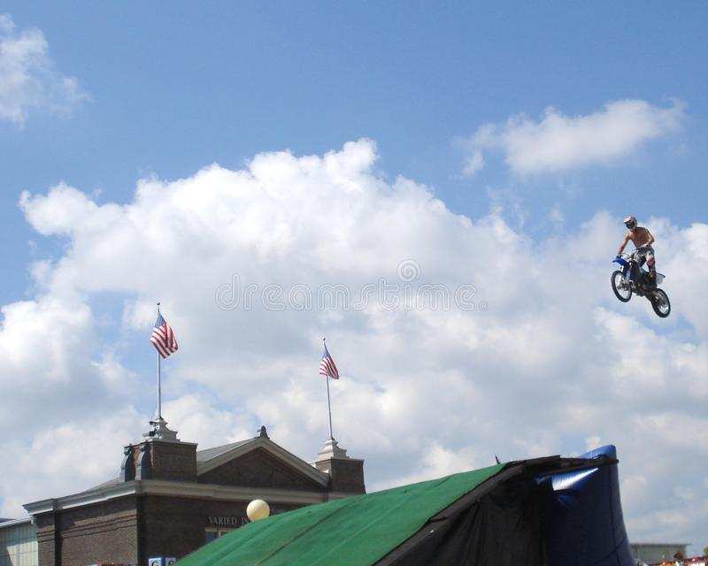 Śmiałka motocyklu skok obraz royalty free