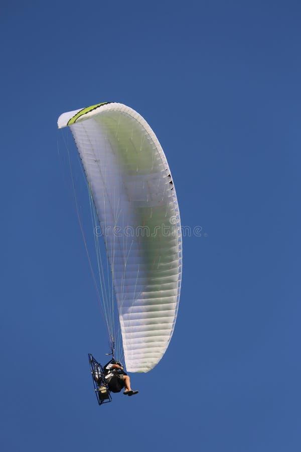 Śmiałka pilot z motorowy szybowcowym lata szybko w niebieskim niebie fotografia royalty free