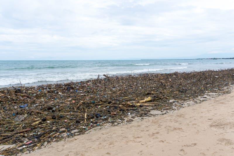Śmiecący brzeg, puste klingeryt butelki na plaży obrazy stock