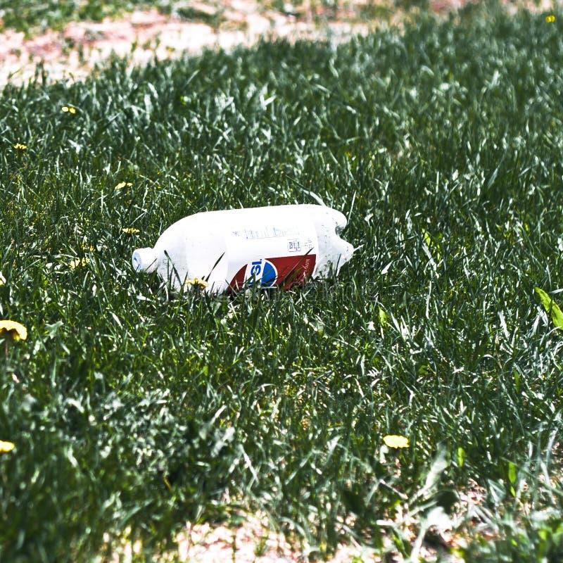 Śmiecący zamknięty widok niszcząca 2 litrów Pepsi soda zdjęcie stock