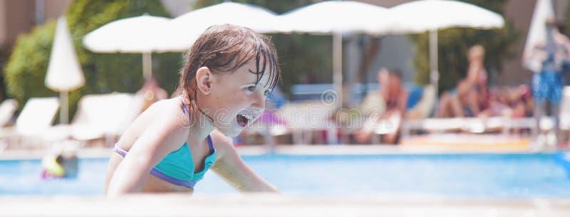 Śmiech jest dużym wskaźnikiem dzieciaka szczęście Portret lata małego dziecka śliczna dziewczyna ma zabawę w wodzie fotografia stock