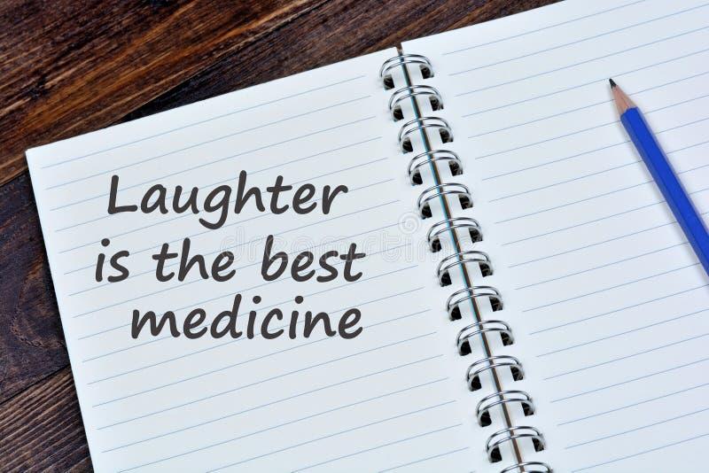 Śmiech jest najlepszy medycyn słowami na notatniku fotografia royalty free
