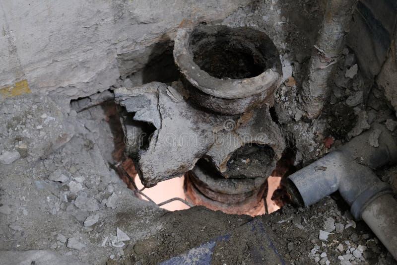 ?mieci i brud podczas ?ciek naprawy Dziura mi?dzy pod?ogami budynek mieszkaniowy System ?amane sanitarne drymby w zdjęcia stock