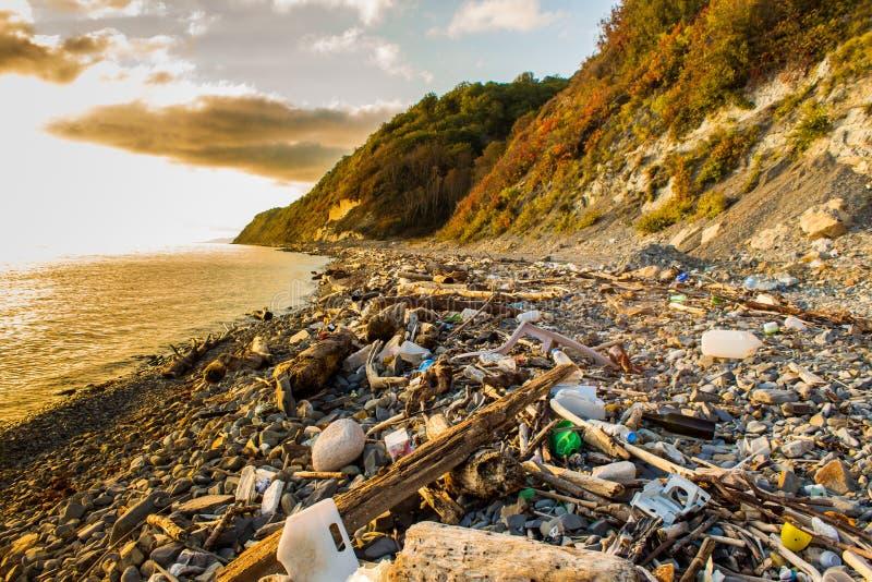 Śmieci i marnotrawi na plaży obraz royalty free