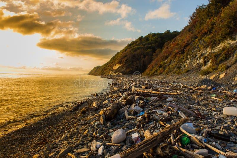 Śmieci i marnotrawi na plaży zdjęcia royalty free