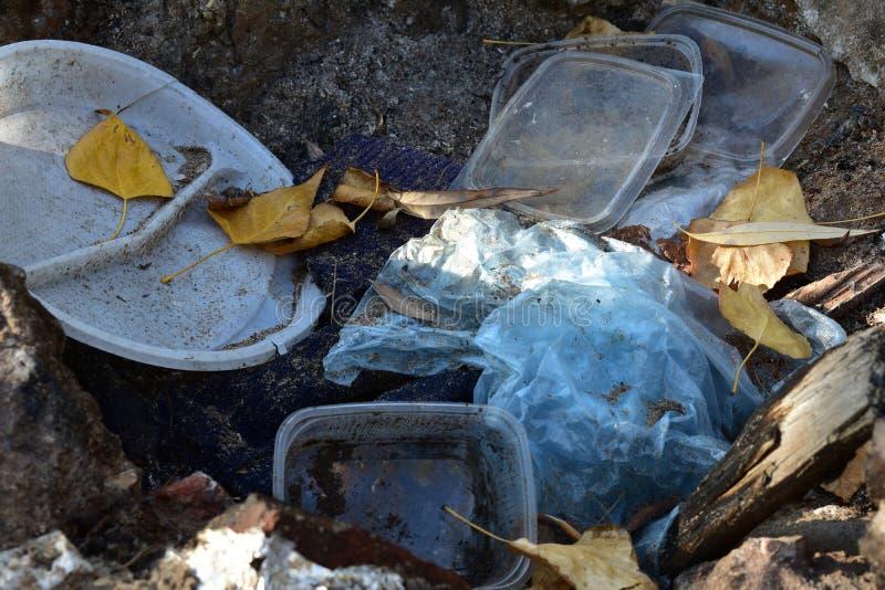 Śmieci w lesie obraz stock