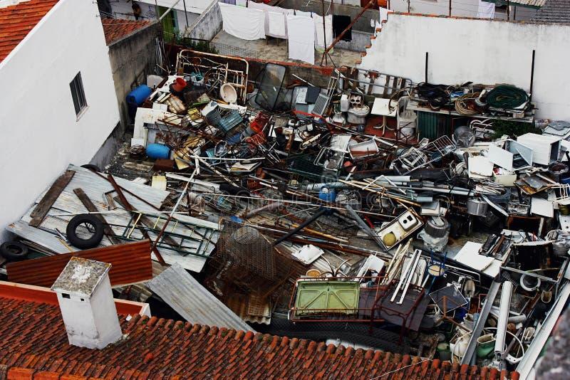 Śmieci w podwórku zdjęcie royalty free
