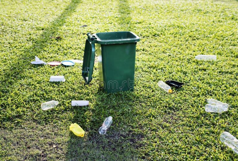 Śmieciarski kosz i śmieci na ziemi zdjęcia royalty free