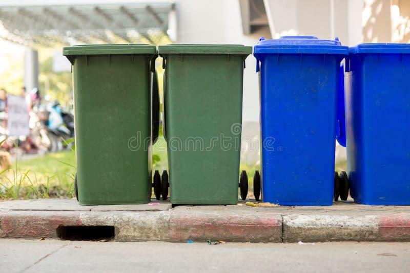 Śmieciarskiego kosza park publicznie Kolorowy kosz na śmieci wheelie kosz dla banialuk, Jawny grata tło, obraz royalty free