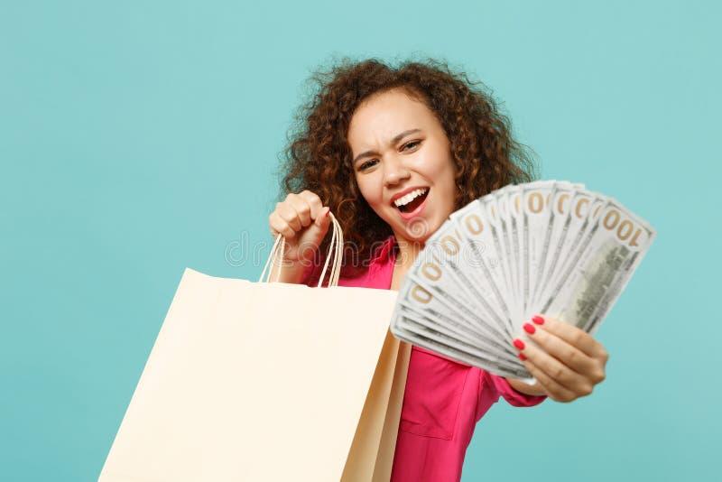 Śmieszna afrykańska dziewczyny mienia pakunku torba z zakupami po robić zakupy, fan pieniądze w dolarowych banknotach, gotówkowy  zdjęcia stock