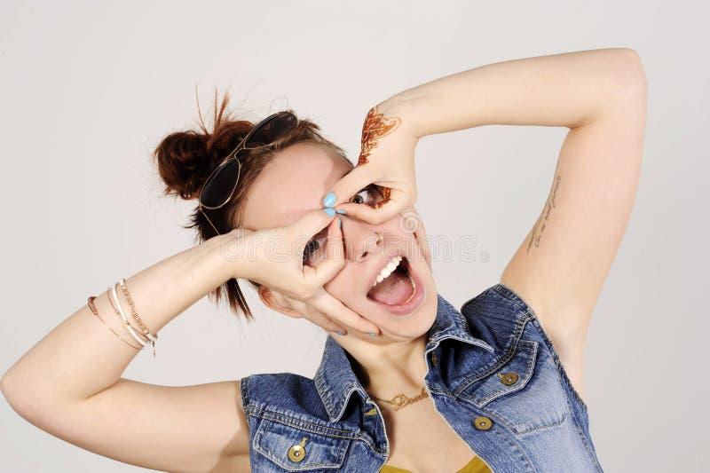 Śmieszna atrakcyjna modniś dziewczyna błaznuje, szczęśliwy stylu życia pojęcie zdjęcia stock