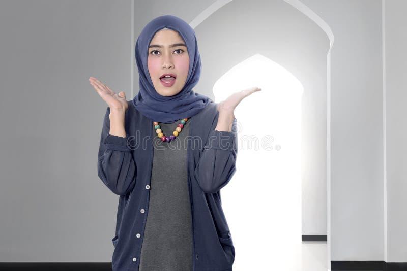Śmieszna azjatykcia żeńska muzułmańska kobieta z hijab zdjęcie royalty free